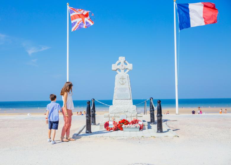 295425-Monument_du_souvenir-Caen_la_mer_Tourisme___Les_Conteurs_(Droits_reserves_Office_de_Tourisme___des_Congres)