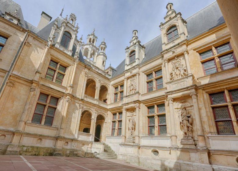 46443-Caen__cour_interieure_de_l_Hotel_d_Escoville-Caen_la_mer_Tourisme___Pauline___Mehdi_-_Photographie