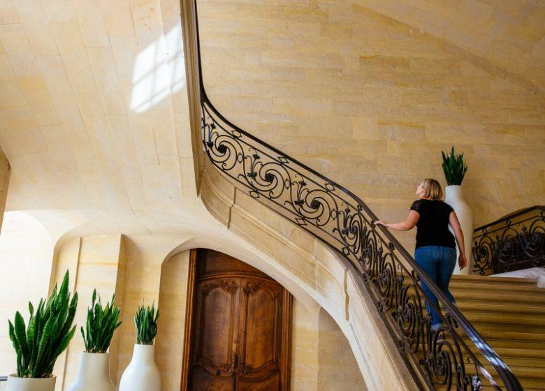 54498-Caen__escalier_d_honneur_de_l_Abbaye_aux_Hommes-Caen_la_mer_Tourisme___Les_Conteurs_(Droits_reserves_Office_de_Tourisme___des_Congres)