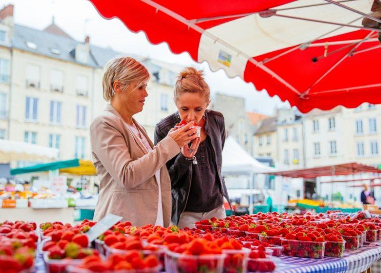 54757-Marche_a_Caen-Caen_la_mer_Tourisme___Les_Conteurs_(Droits_reserves_Office_de_Tourisme___des_Congres)