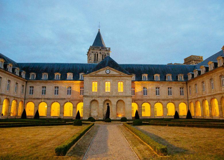 Caen__balade_contee_a_l_Abbaye_aux_Dames-Caen_la_mer_Tourisme___Les_Conteurs_(Droits_reserves_Office_de_Tourisme___des_Congres)-54342