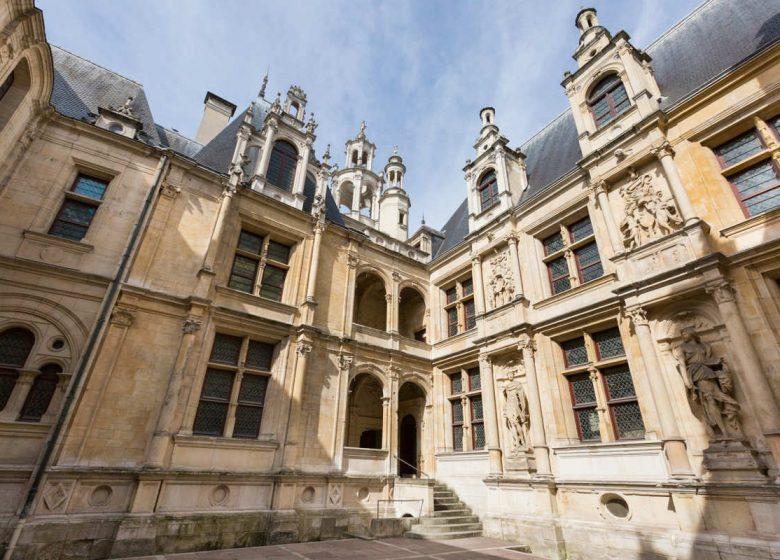 Caen__cour_interieure_de_l_Hotel_d_Escoville-Caen_la_mer_Tourisme___Pauline___Mehdi_-_Photographie-46442-1200px