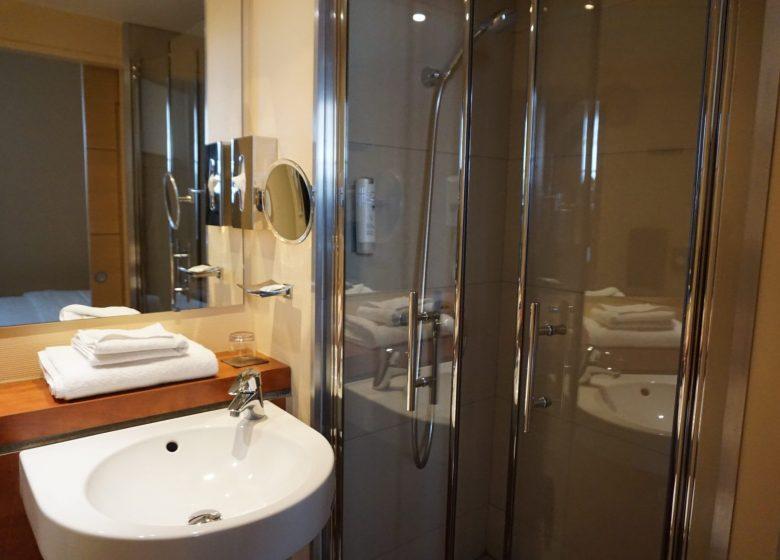 Agréable salle de bain avec douche ou baignoire, sèche-cheveux…