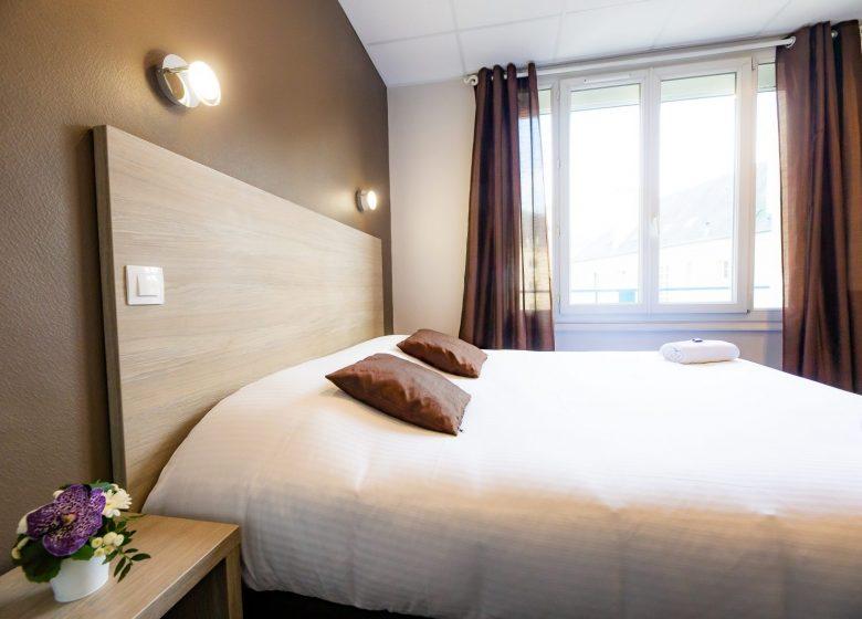 Hotel_du_chateau_caen chambre confort marron vue de la salle de bain+