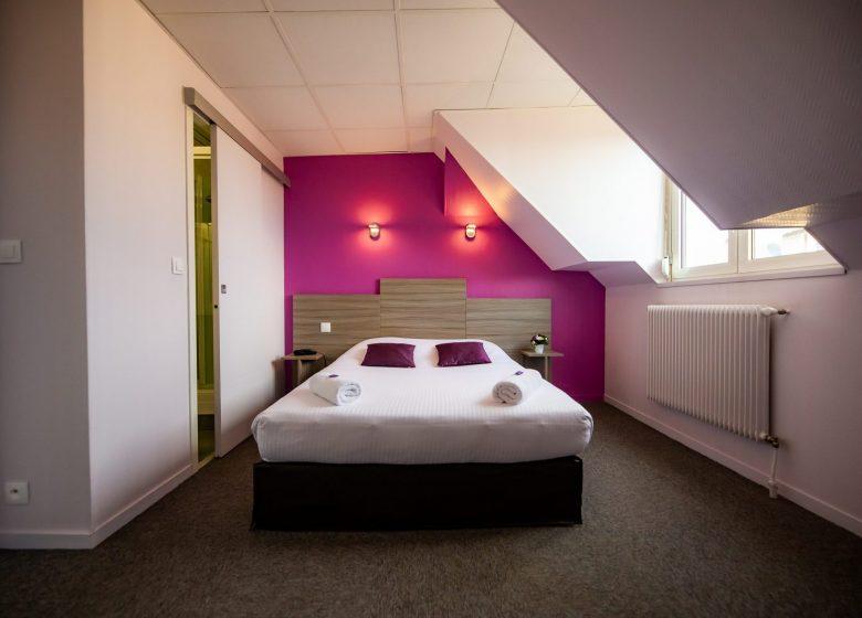 Hotel_du_chateau_caen chambre double violette vue d'ensemble+