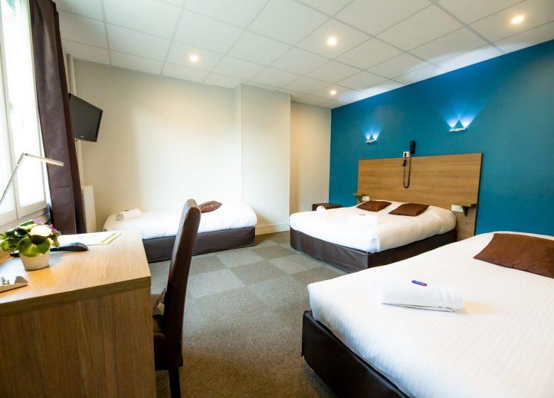 Hotel_du_chateau_caen chambre familiale bleu vue d'ensemble+