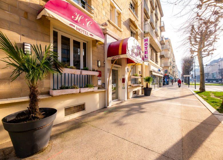 Hotel_du_chateau_caen vue de face avec l'avenue du 6 juin+