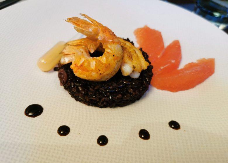 Langoustines-roties–riz-noir-et-vinaigrette-aux-agrumes