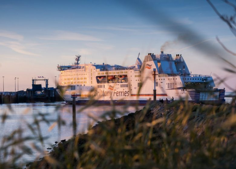 Ouisteham–ferry-a-quai-le-soir-Ouistreham-Riva-Bella-Photographies