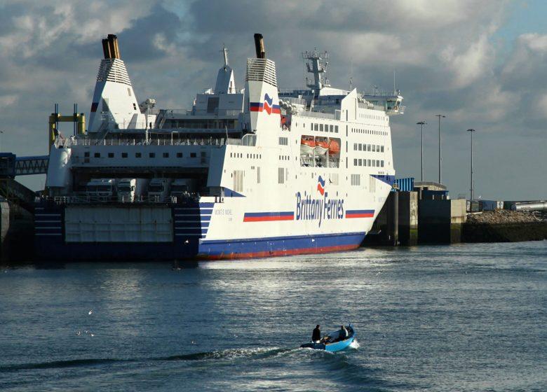 Ouistreham–ferry-a-quai-et-barque-Caen-la-mer-Tourisme-Gregory-WAIT