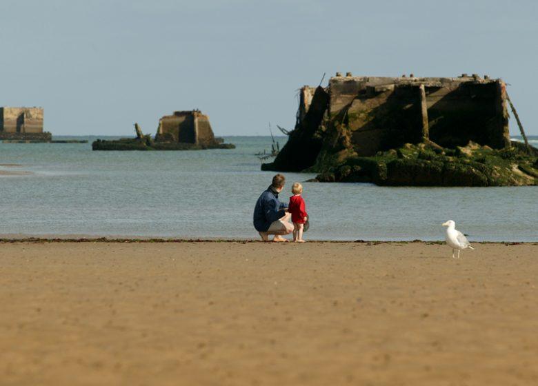 Vestiges du port artificiel d'Arromanches vus de la plage