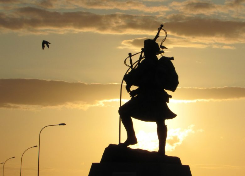 Statue-de-Bill-Millin–joueur-de-cornemuse-Ouistreham