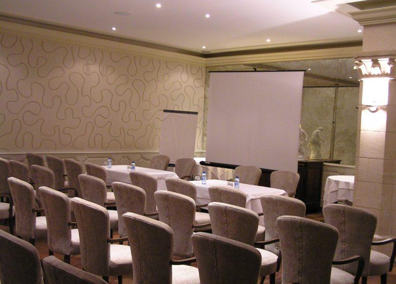 Hôtel Le Dauphin – Salle de séminaire en théâtre